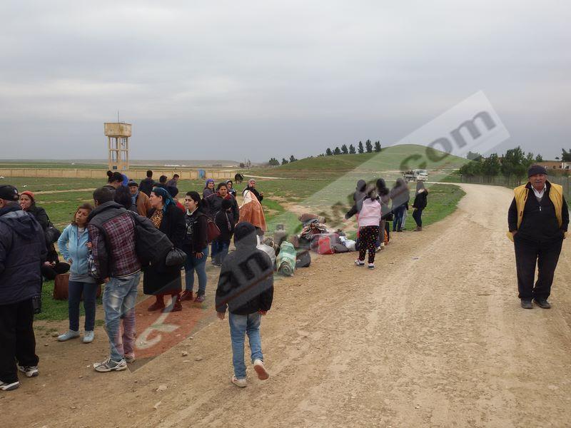 1821ded5937dd صور تظهر النازحين من قرى تل تمر حيث كانت تنتظهرم باصات شركتي