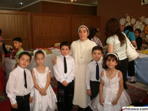 26b9407e9 وادى اطفال الروضة، وهم من الديانتين المسيحية والاسلامية بعض الفعاليات  الفنية بحضور ذويهم ومعارفهم.